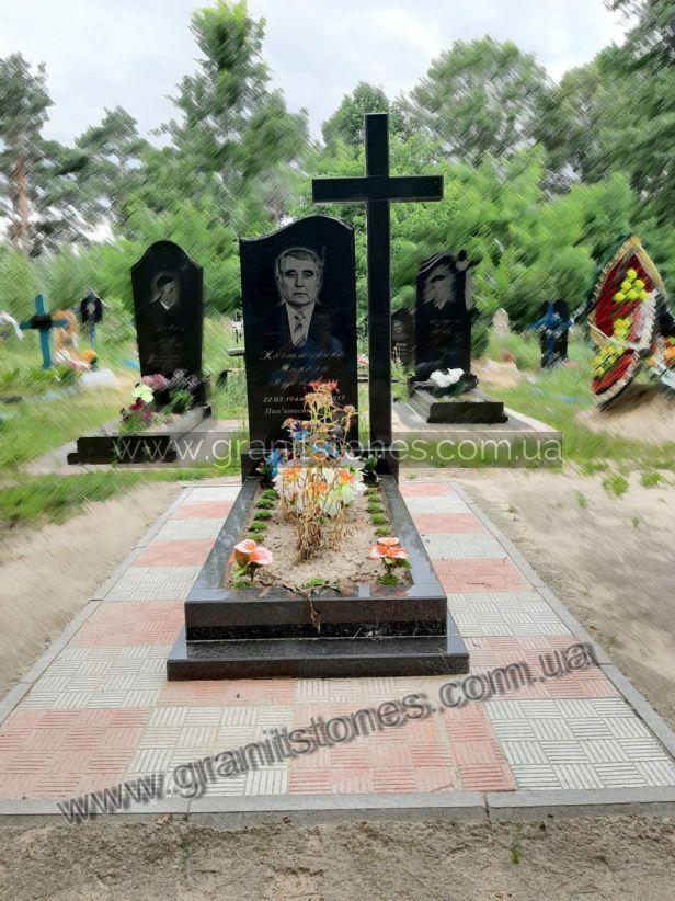Памятник из гранита с крестом черным