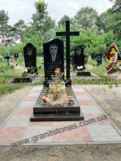 Черный памятник из гранита с крестом