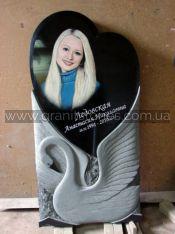 Памятник в форме сердца с лебедем и цветным портретом