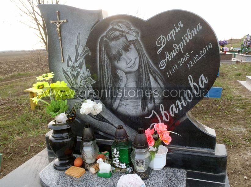 Памятник для девочки в форме сердца