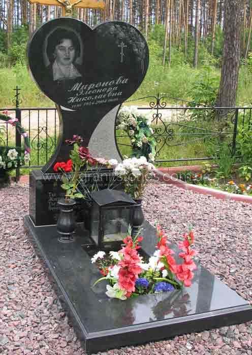 Памятник на могилу женщине в форме сердца с вазами и лампой