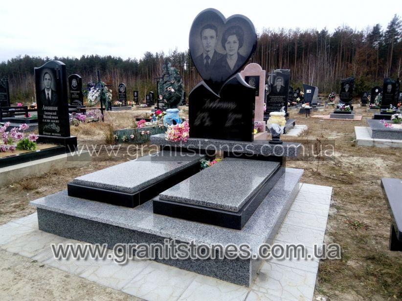 Памятник в форме сердца на постаменте двойной