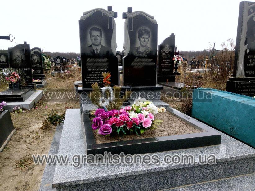 Памятник для двоих с общим цветником