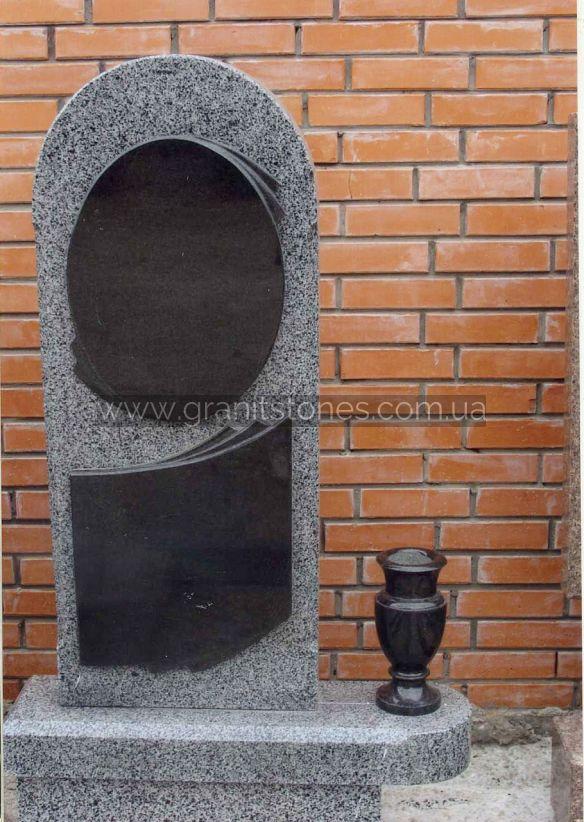 Одинарный камень из серого камня с черными вставками