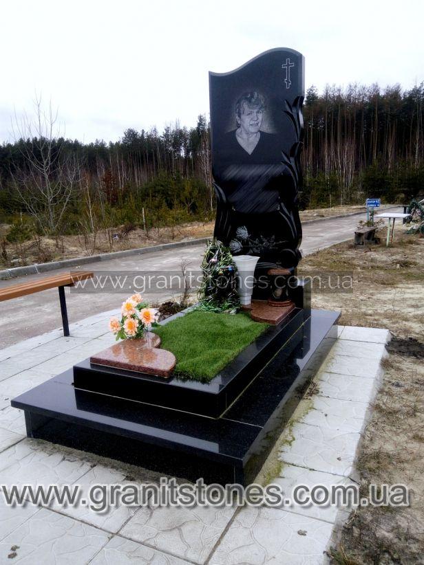 Памятник с лампадкой и постаментом гранит