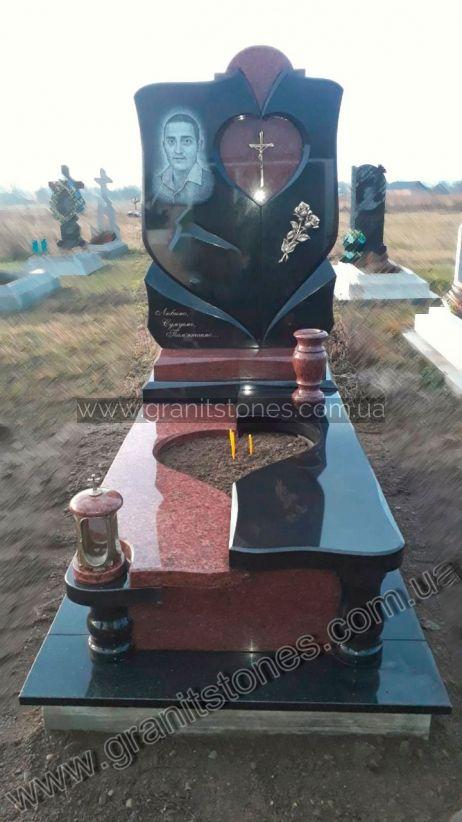 Памятник из гранита с цветником в виде сердца