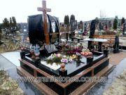 Памятник на могилу с красным крестом двойной