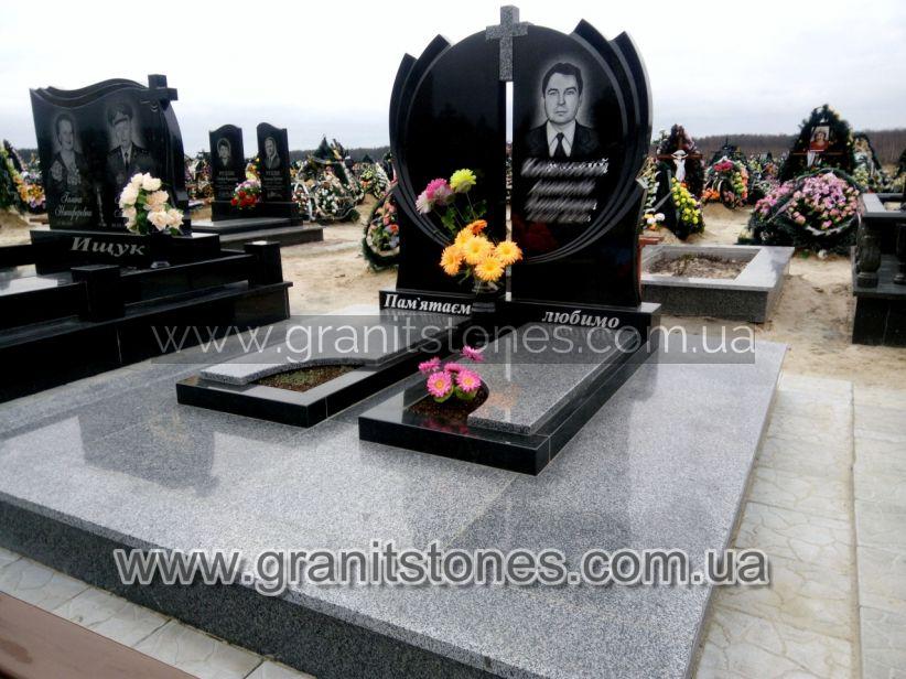 Гранитный памятник на могилу двойной с небольшим крестом
