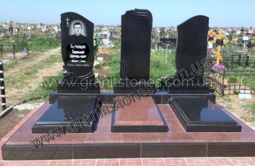Памятник гранитный для троих с черными арками