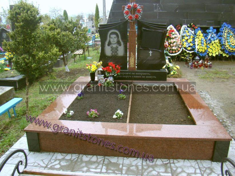 Памятник черный двойной с красным крестом и цветником