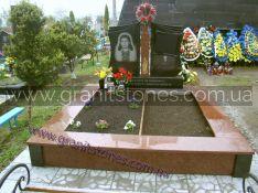 Двойной черный памятник с крестом из красного камня