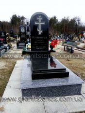Памятник в виде полукруга с врезаним крестом