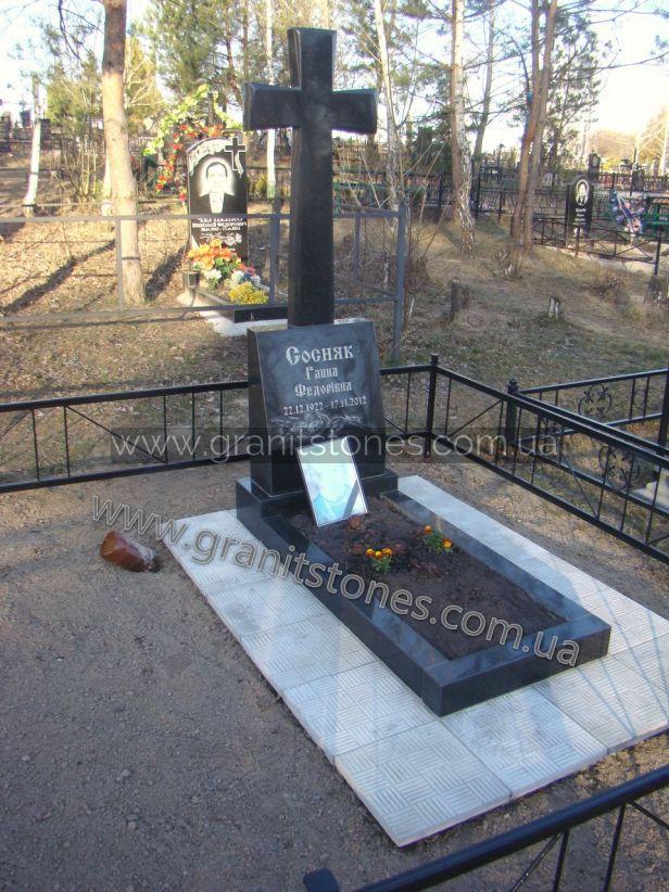 Гранитный крест на могилу с цветником