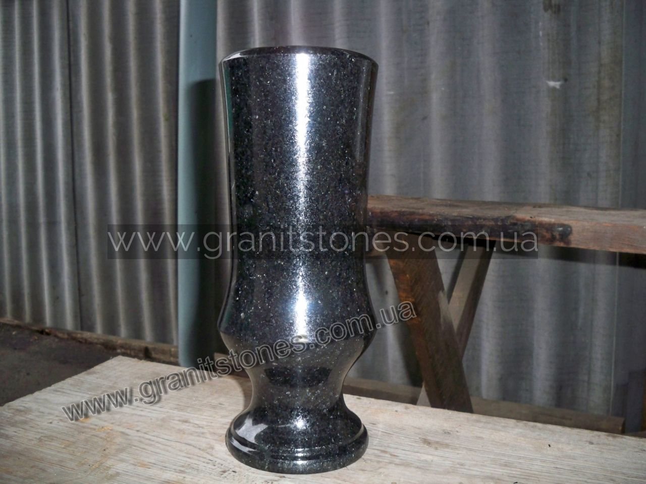 Гранитная ваза черная