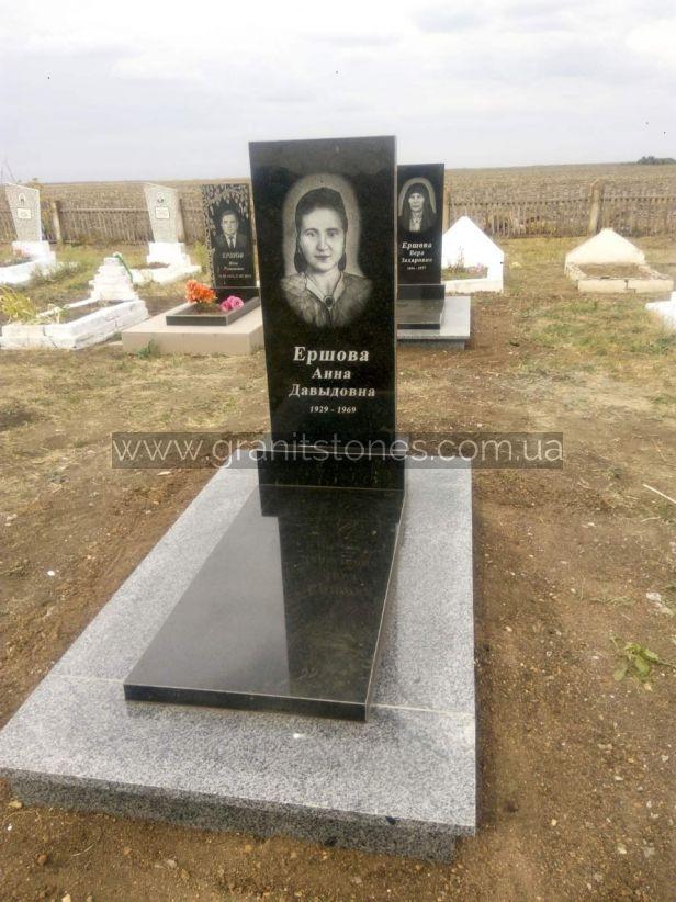 Памятник закрытого типа на могилу из гранита