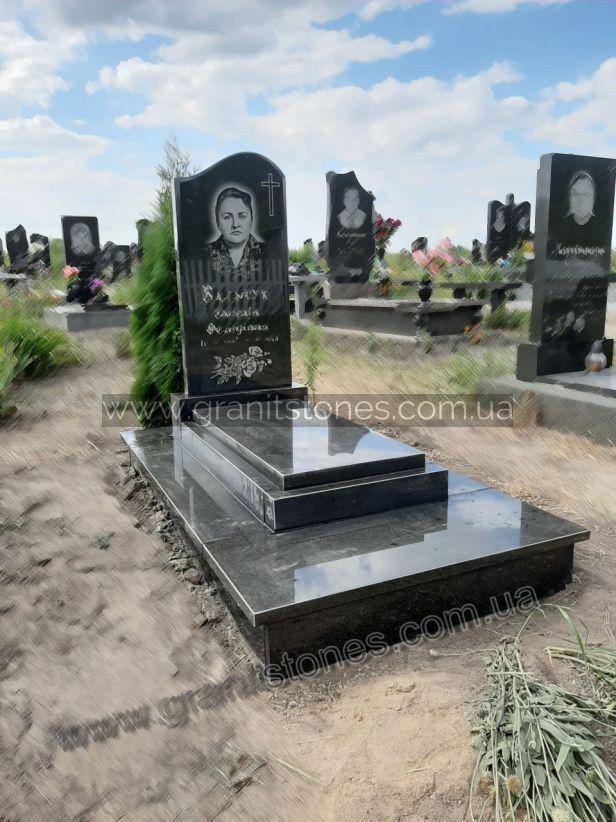 Памятник из гранита с надгробной плитой