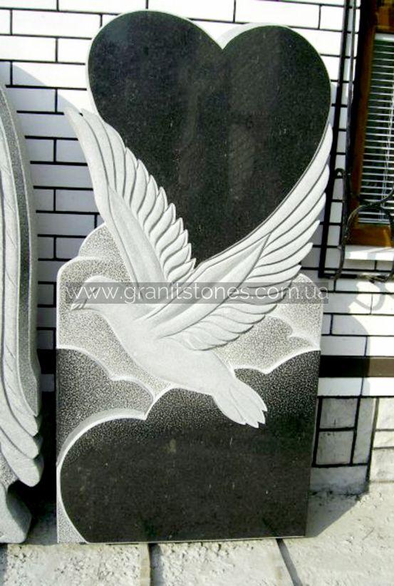 Одинарный памятник из черного камня в форме сердца с голубем