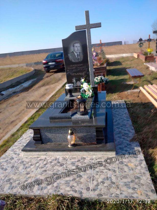 Гранитный памятник с крестом для одного