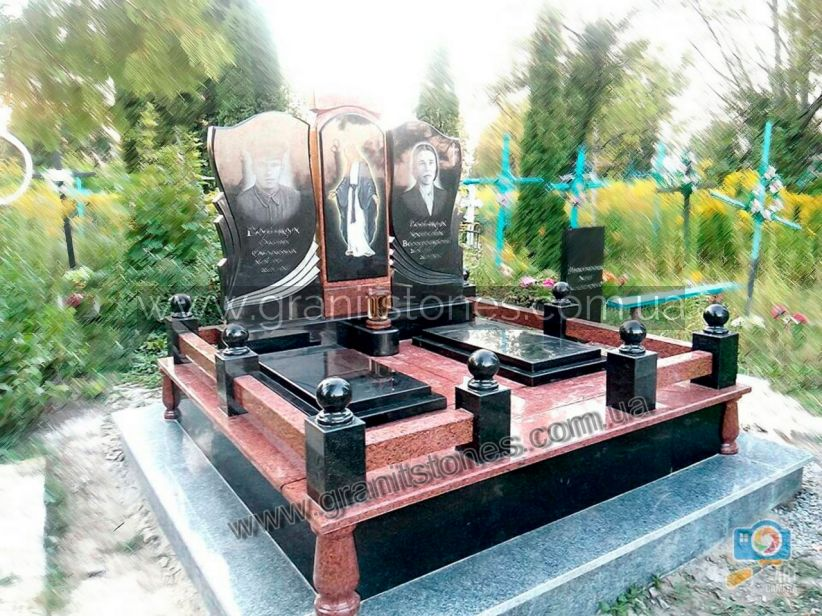 Гранитный памятник для двоих с оградой и лампадкой