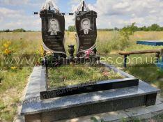 Памятник для двоих с железными крестами