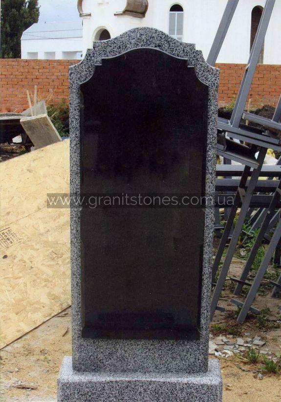 Одинарный памятник из серого камня с обработанной аркой
