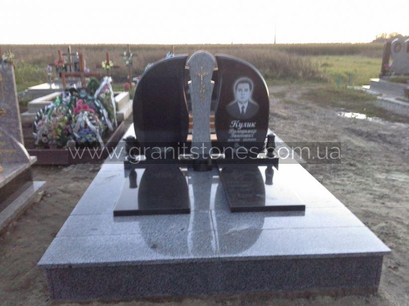 Двойной гранитный памятник серый с распятием