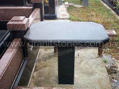 Черный гранитный стол прямоугольной формы