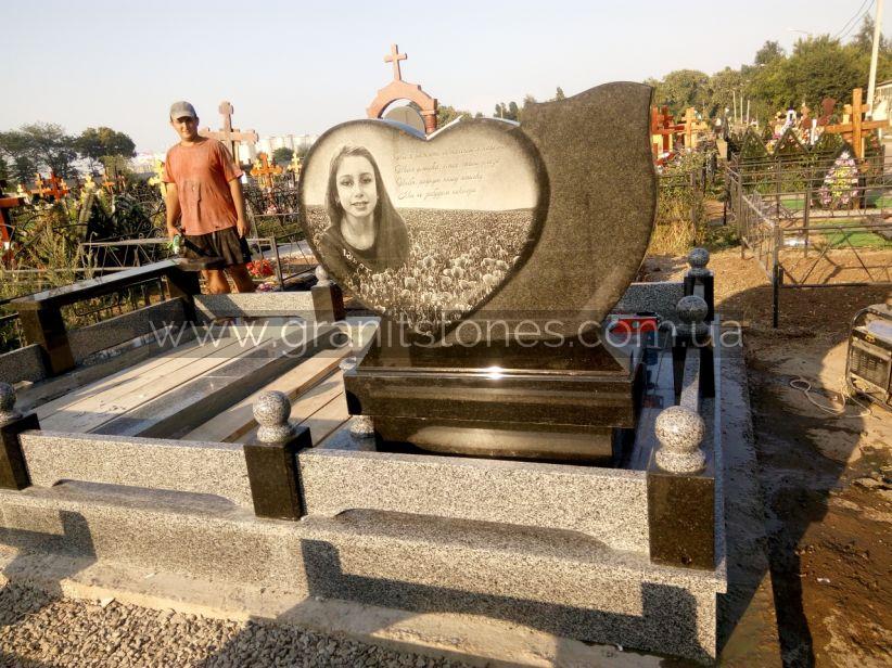 Ограда гранитная для гранитного памятника в форме сердца