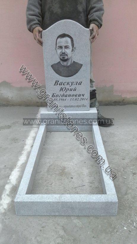 Белый гранитный памятник на могилу с цветником