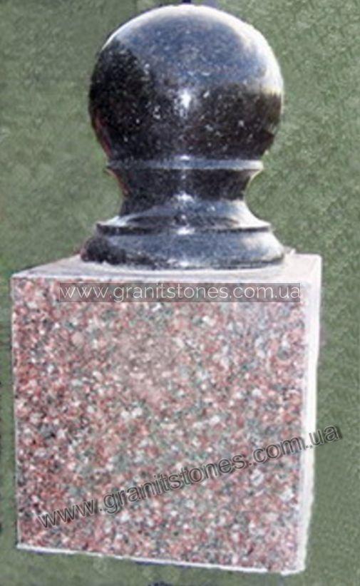 Черный шар из гранита с пьедесталом