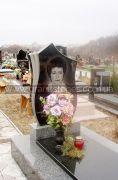 Гранитный памятник с вазой и серым надгробием