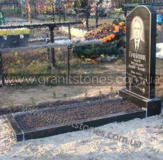 Гранитный памятник с волной