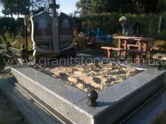 Двойной памятник с крестом и шарами