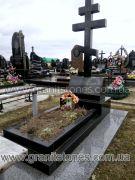 Гранитный крест на могилу с подставкой в виде баяна