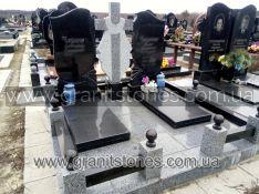 Мемориальный комплекс для двоих с серым гранитным крестом