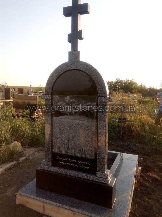 Памятник с постаментом и крестом