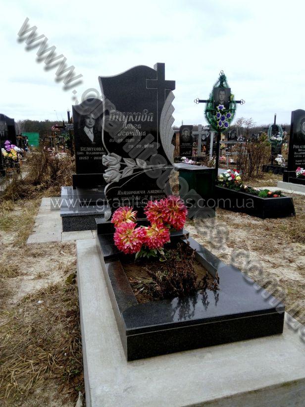 Памятник красивый с розами и гранитным крестом
