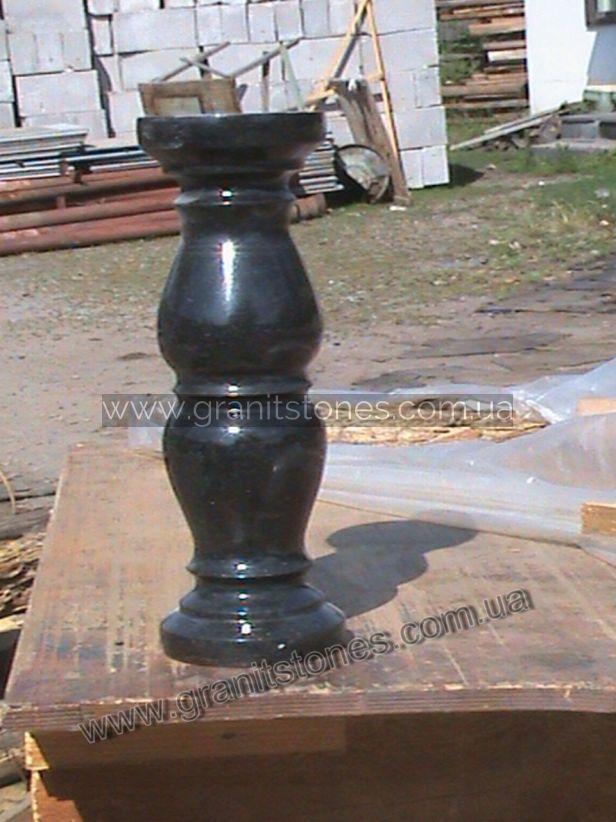 Гранитная ваза черного цвета