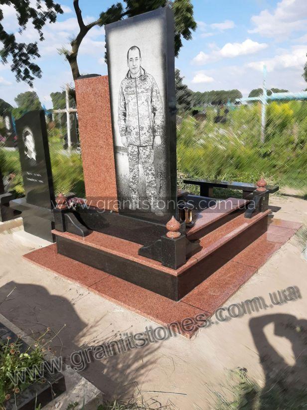 Гранитный памятник полицейскому с оградой и лампадкой вид сзади