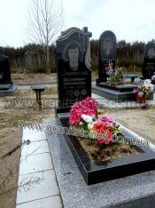 Гранитный памятник с полотенцем на могилу