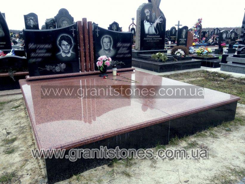 Двойной гранитный памятник с большой надгробной плитой