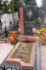 Гранитный памятник волной с цветником