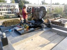 Памятник в форме сердца из гранита