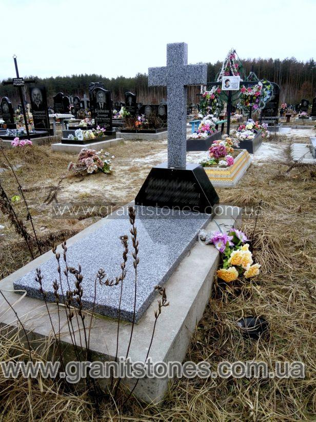 Памятник с большим серым крестом на могилу из гранита