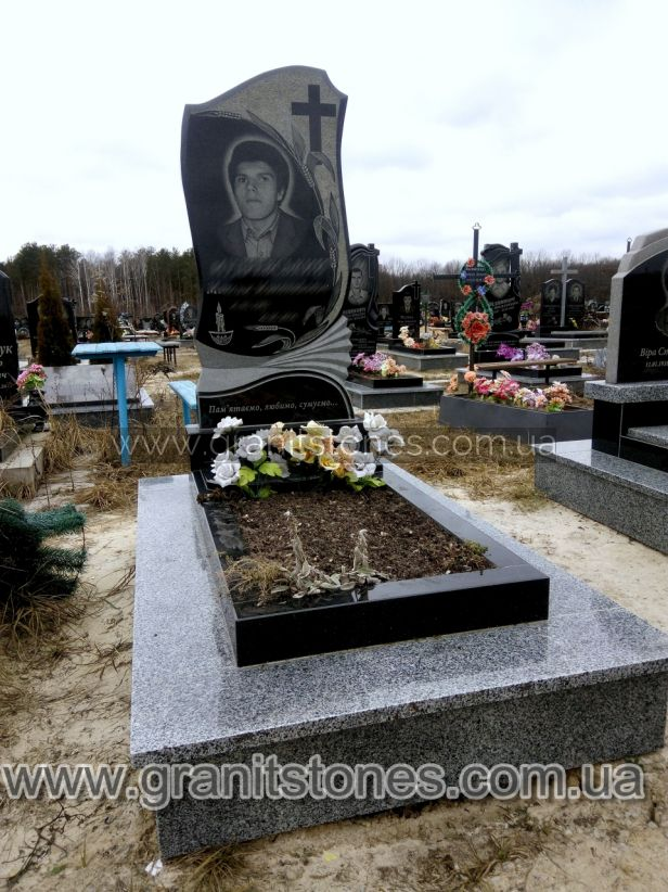 Гранитный памятник на могилу с гравировкой