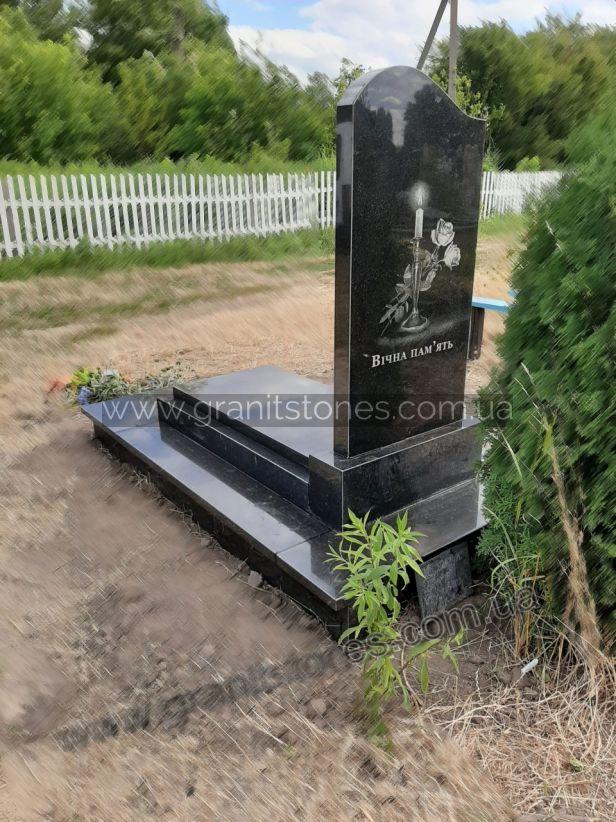 Гранитный памятник с надгробной плитой вид сзади