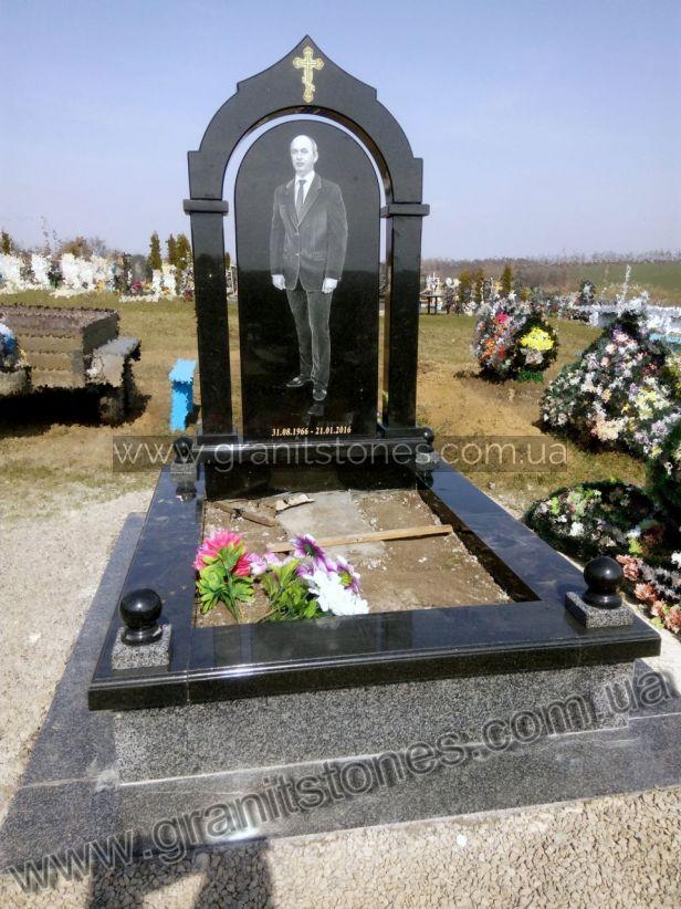 Памятник из черного гранита с большим цветником