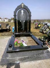 Памятник гранитный черного цвета с цветником