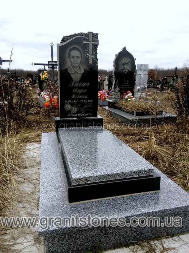 Памятник с внутренней вырезкой креста