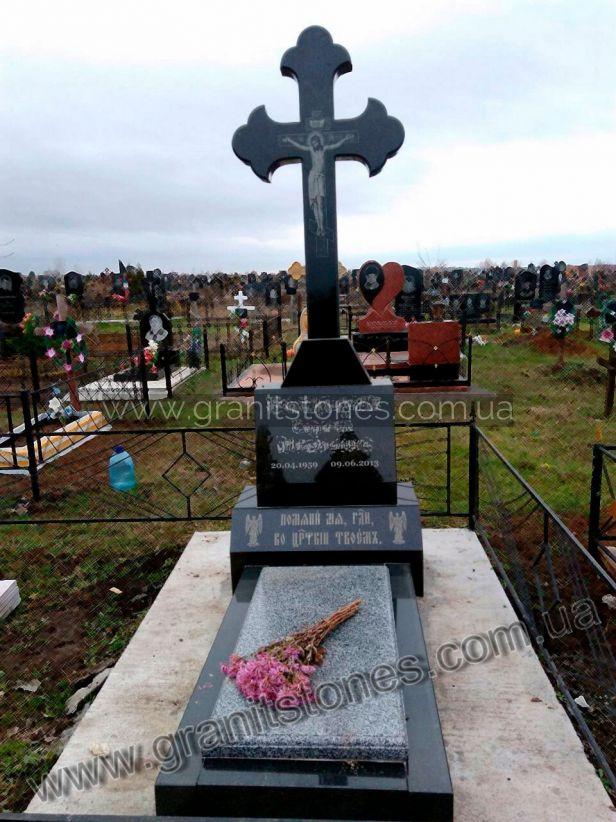 Черный гранитный памятник с крестом